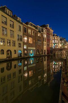 Huizen langs de Oudegracht achterzijde Lijnmarkt en de Maartensbrug avondsfeer Utrecht van André Russcher