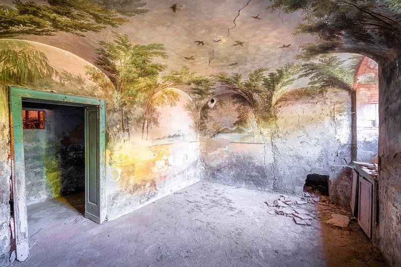 Tropische Schildering in Verlaten Kelder. van Roman Robroek