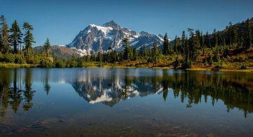 Picture Lake and Mount Shuksan. von Fotografie door Menno