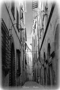 Schwarz & Weiß italienische Straße in Lucca von Hendrik-Jan Kornelis