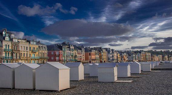 De historische gevels van het Franse badplaatsje Mers Les Bains in het avondzonnetje
