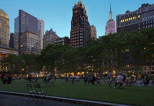 Bryant Park langs 42nd Street op een zomeravond in New York City