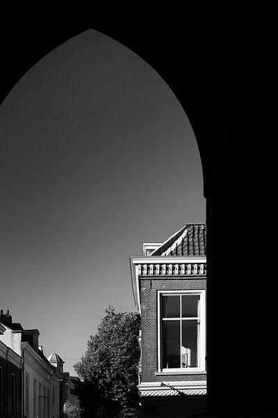 Onder de Dom doorkijkend in Utrecht naar de Servetstraat van De Utrechtse Grachten