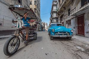 Straten van Havana in Cuba met oldtimer en fietser
