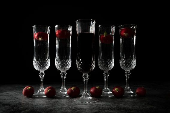 Stilleven met vijf kristallen glazen en zwarte achtergrond