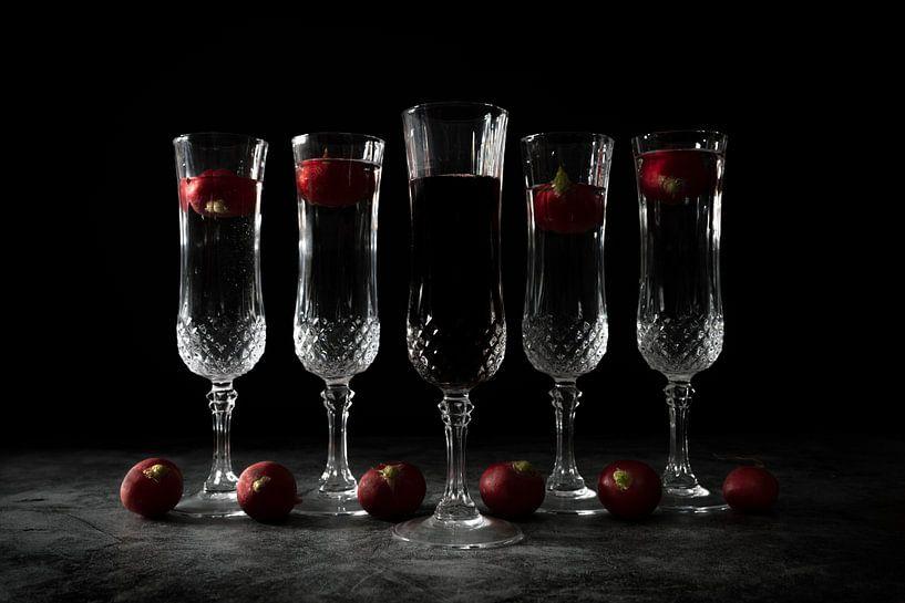 Stilleven met vijf kristallen glazen en zwarte achtergrond van Steven Dijkshoorn