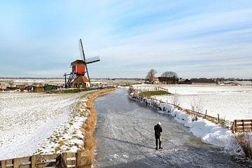 Skaten in einer niederländischen Polderlandschaft mit Blick auf eine Windmühle. von Mieneke Andeweg-van Rijn