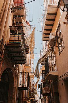 Sfeervolle, smalle straten in het centrum van Cefalu vol balkons. Sicilië, Italië van Manon Visser