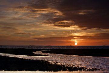 Kleurrijke wolkenlucht boven De Waddenzee bij ondergaande zon van Dirk-Jan Steehouwer