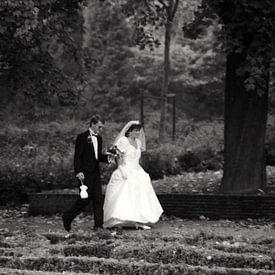 Bruidspaar in het De Heuvel-park in Rotterdam van Ton Kuijpers