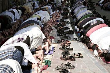 Moslims bidden vredig in Dubai tijdens het vrijdaggebed van Tjeerd Kruse