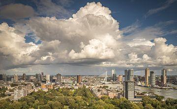 Une belle couverture nuageuse au-dessus du pont Erasmus à Rotterdam vue de l'Euromast. sur Claudio Duarte