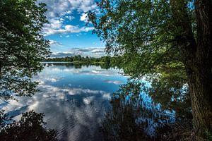 weerspiegeling in een meer  van Rob Herstel