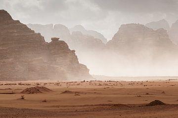 Zandstorm in Wadi Rum, Jordanië van Melissa Peltenburg
