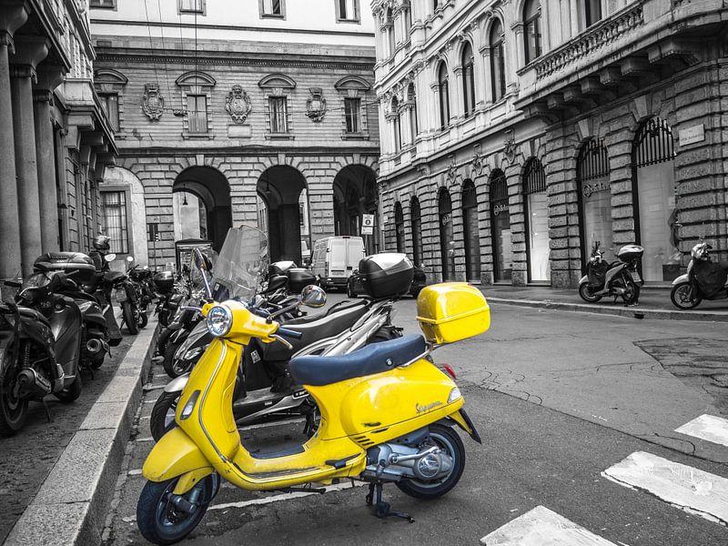 Italienischer gelber Roller von Martijn Tilroe