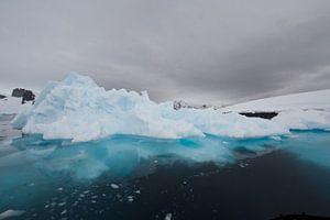 kraakhelder water ronde de ijsschotsen