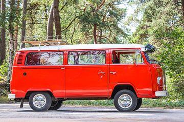 Volkswagen Transporter T2 geparkeerd in een bos van Sjoerd van der Wal
