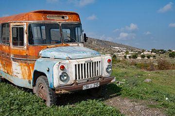 Oude bus in Nagorno-Karabach (Armenië) van Anne Hana