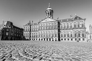 Fast menschenleerer Dammplatz mit dem Königlichen Palast von Amsterdam von Sjoerd van der Wal