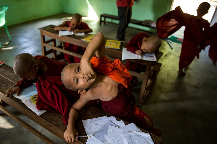 BAGHAN, MYANMAR DECEMBER 12, 2015 - Chinese jonge monnik in schoolklas bij budhistisch klooster.