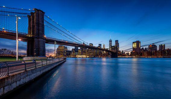 Skyline New York in de Avond (2016) van Mark De Rooij