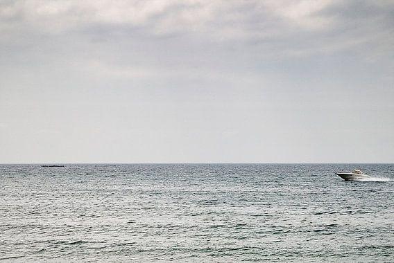 Speeding across the sea van Paul Teixeira