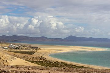 Panoramisch uitzicht op het zandstrand Risco del Paso in Fuerteventura van Reiner Conrad