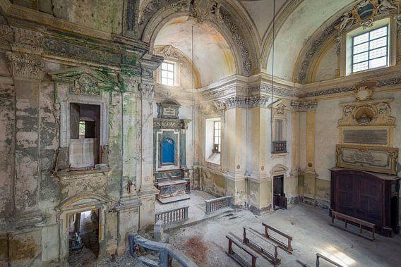 Verlaten kerk met zonnestralen
