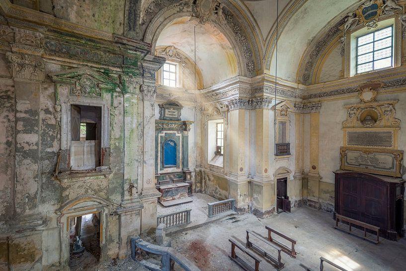 Verlaten kerk met zonnestralen van Kristof Ven