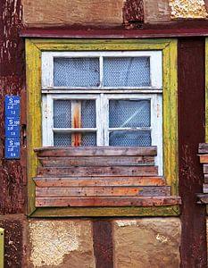 Beplankung.... (Halb zugemauertes altes Fenster)