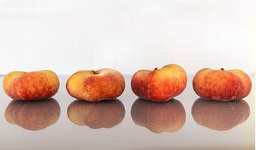 Perziken blozend op een rij van Marly De Kok