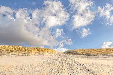 Bewölkter Himmel an der Nordseeküste mit Strandeingang, Südholland, Niederlande von Mieneke Andeweg-van Rijn