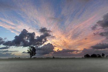 Ondergaande zon boven het landschap van de stad IJlst in Friesland. One2expose Wout Kok Photography van Wout Kok