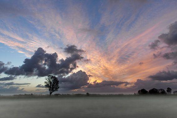 Ondergaande zon boven het landschap van de stad IJlst in Friesland. One2expose Wout Kok Photography