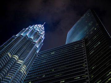 Petronas Towers in Kuala Lumpur bei Nacht von Shanti Hesse