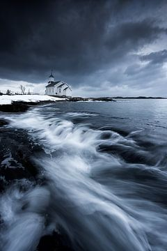 Landschaft in Norwegen am Meer mit kleiner Holzkirche. von Voss Fine Art Fotografie