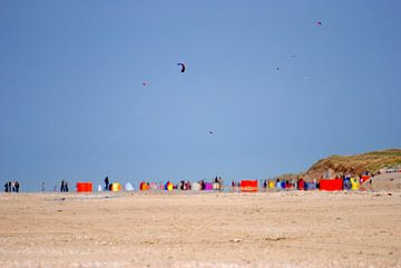 Vliegers boven het strand van Texel. van