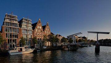 Gebouw de Olifant bij de ophaalbrug de gravestenenbrug aan het Spaarne in Haarlem van Remco van Kampen