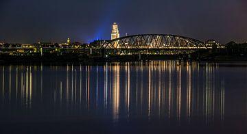 Nijmegen bij nacht (vanaf de Oversteek)