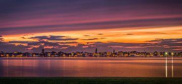 dorp aan het water bij zonsondergang (Roelofarendsveen) van Tomek Kepa