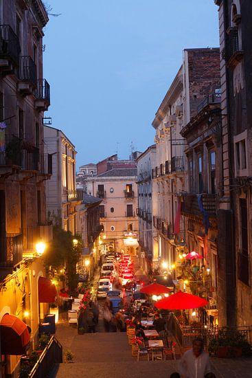 Altstadtgasse Via Alessi mit alten Hausfassaden bei abendd�mmerung, Blick von Oben, Altstadt, Catani