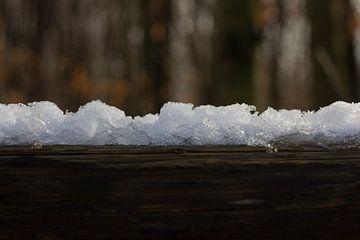 Sneeuw op hout van Arno Photo