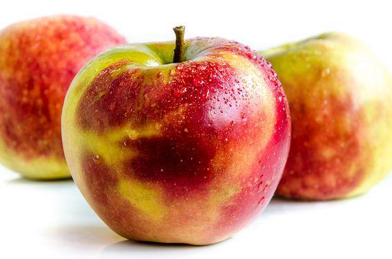 3 sappige verse Jonagold appels vrij bord op wit