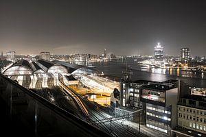 Uitzicht op Centraal Station en A'DAM Toren in Amsterdam in de avond