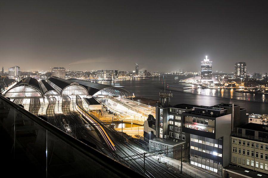 Uitzicht op Centraal Station en A'DAM Toren in Amsterdam in de avond van Marcia Kirkels