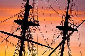 Masten van Oost-Indië schip tijdens zonsopgang van Tijmen Hobbel