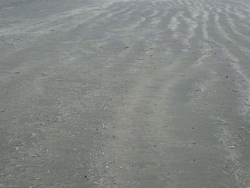 Structuren am Strand in einem heftigen Sturm von Tineke Laverman