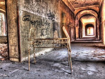 Beelitz Gang van een oud en verlaten Sanatorium van Tineke Visscher
