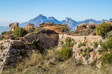 Ruinen einer alten Festung in den Bergen