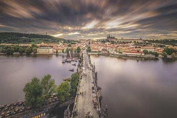 De bekende Karelsbrug in Praag van boven van Dennis Donders